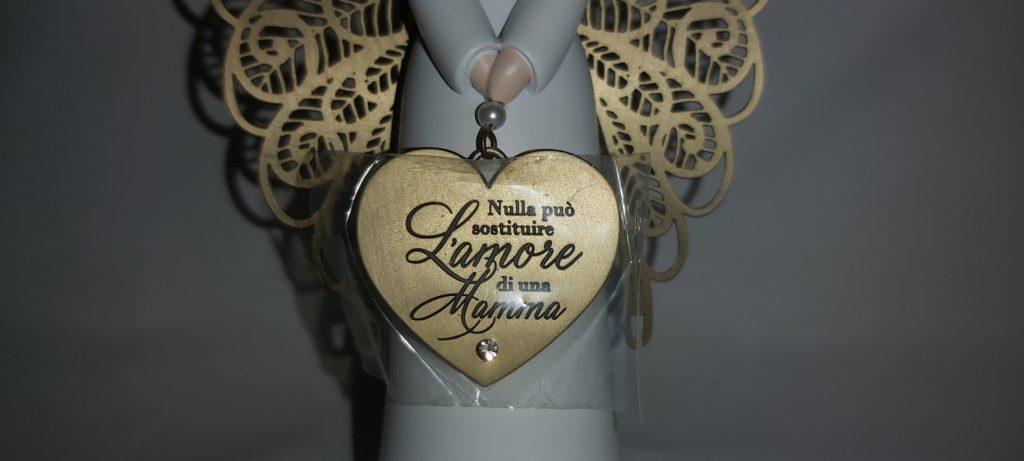 Questa immagine ha l'attributo alt vuoto; il nome del file è angelo-ali-metallo-con-targhetta-cuore-e-scritta-nulla-puo-sostituire-l-amore-di-una-mamma-1024x461.jpg
