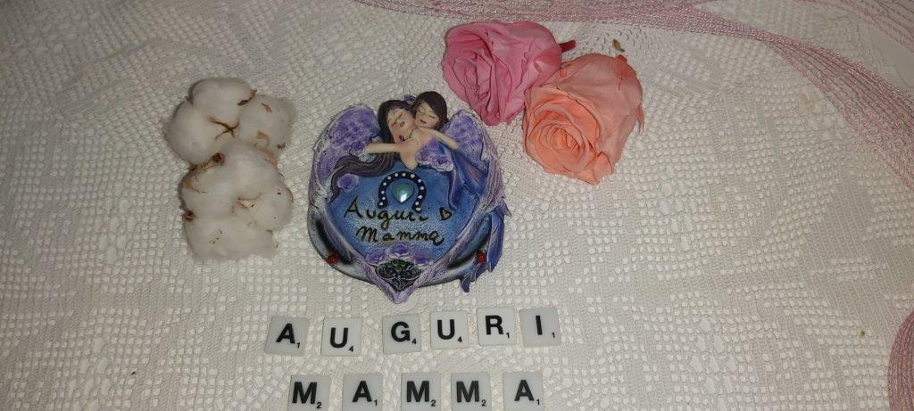 Questa immagine ha l'attributo alt vuoto; il nome del file è auguri-mamma-placca-con-angeli-che-si-abbracciano-les-alpes-1024x461.jpg
