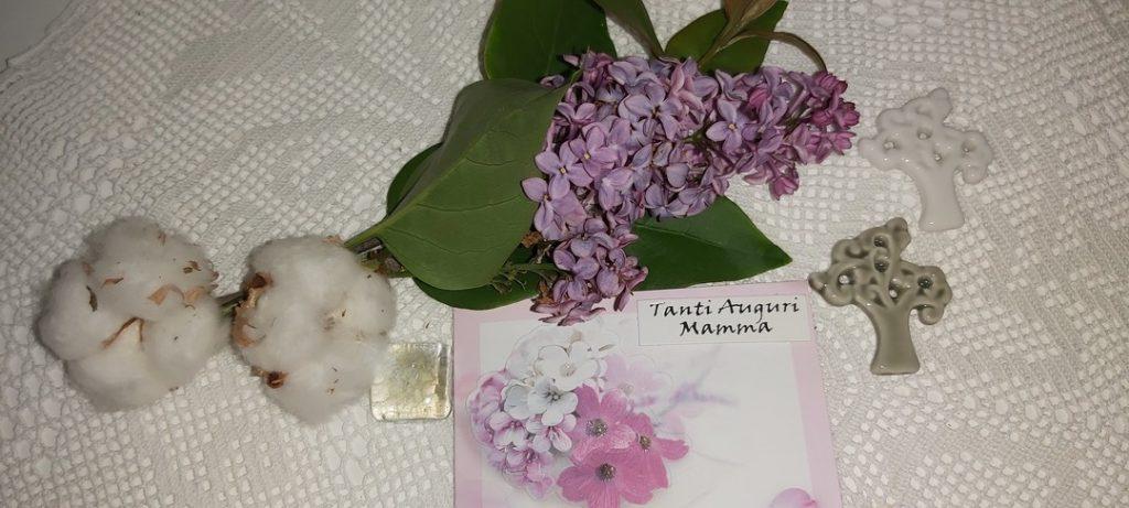 Questa immagine ha l'attributo alt vuoto; il nome del file è biglietto-auguri-della-mamma-con-albero-della-vita-fiori-di-lillà-e-di-cotone-e1587998668225-1024x461.jpg